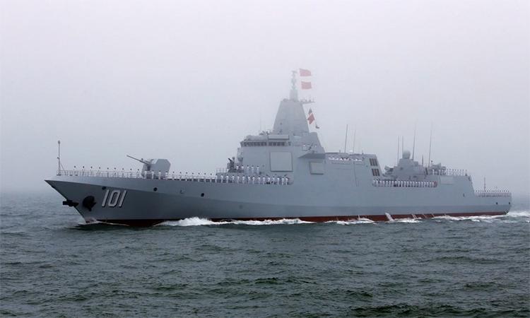 Khu trục hạm Nam Xương thuộc lớp Type-055 trong lễ duyệt binh hải quân tại Thanh Đảo, tháng 4/2019. Ảnh: Reuters.
