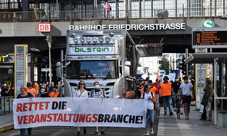Người biểu tình cầm biểu ngữ Hãy cứu lấy ngành công nghiệp giải trí trong cuộc tuần hành tại Berlin, Đức, ngày 24/7. Ảnh: Reuters.