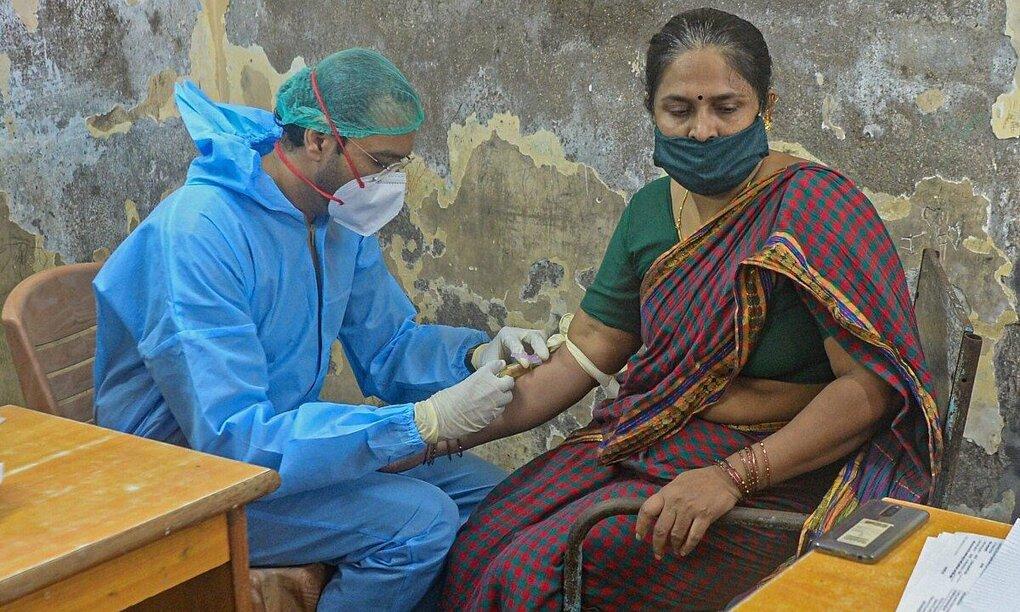 Một phụ nữ đã hồi phục sau khi nhiễm Covid-19 tình nguyện hiến huyết tương ở Dharavi, Mumbai, Ấn Độ, hôm 23/7. Ảnh: AFP.