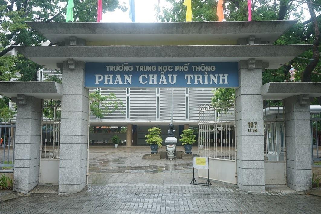 Sáng 31/7, trường THPT Phan Châu Trinh vẫn mở cửa trả giấy báo dự thi tốt nghiệp THPT cho thí sinh. Ảnh: Gia Chính.