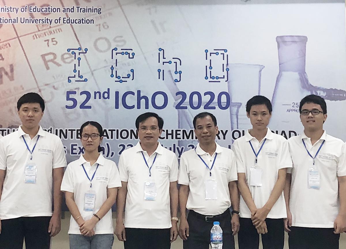 Bốn thí sinh dự thi Olympic Hoá học quốc tế năm 2020 (hai bạn ngoài cùng bên phải và hai bạn ngoài cùng bên trái). Ảnh: MOET.