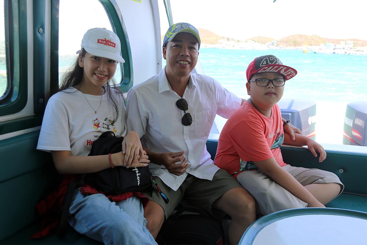 Du khách đến từ TP HCM đi ca nô tham quan các tour đảo trên vịnh Nha Trang. Ảnh: Xuân Ngọc.