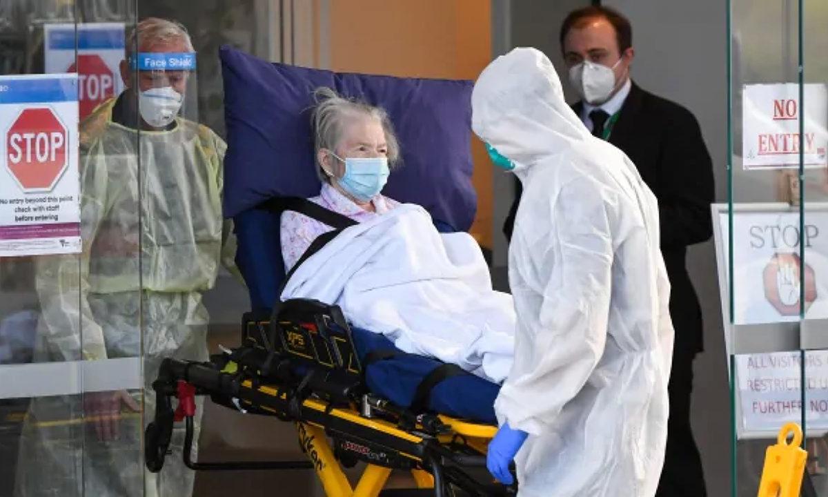 Nhân viên y tế sơ tán người cao tuổi khỏi viện dưỡng lão Epping Gardens, ngoại ô Melboure tuần này. Ảnh: AFP.