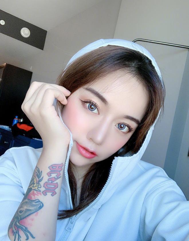 Hình Hiểu Dao (Thượng Hải, Trung Quốc) là một trong những hot girl Trung Quốc đình đám trên mạng xã hội. Cô sở hữu tài khoản có 5,6 triệu người theo dõi.