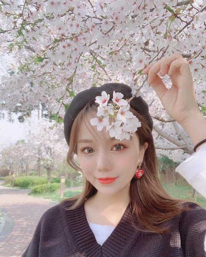 Trên mạng xã hội, Hiểu Dao thường xuyên đăng tải hình ảnh xinh đẹp như thiên thần. Bất kỳ bức hình nào được cô chia sẻ đều nhận được sự quan tâm từ người hâm mộ.