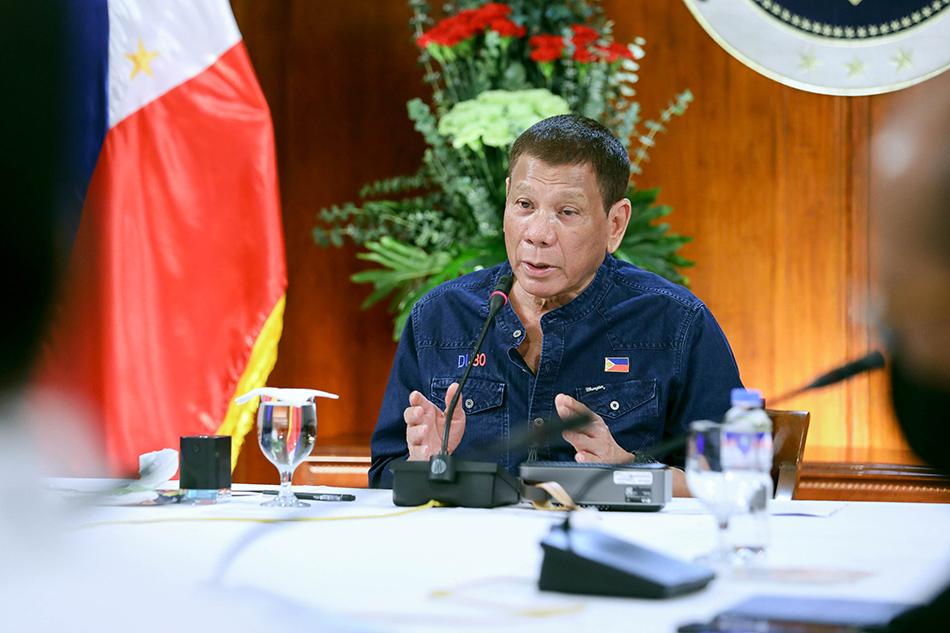 Tổng thống Rodrigo Duterte họp với nhóm chuyên trách về bệnh truyền nhiễm ở điện Malacanang, Manila, hôm 30/7. Ảnh: ABS-CBN