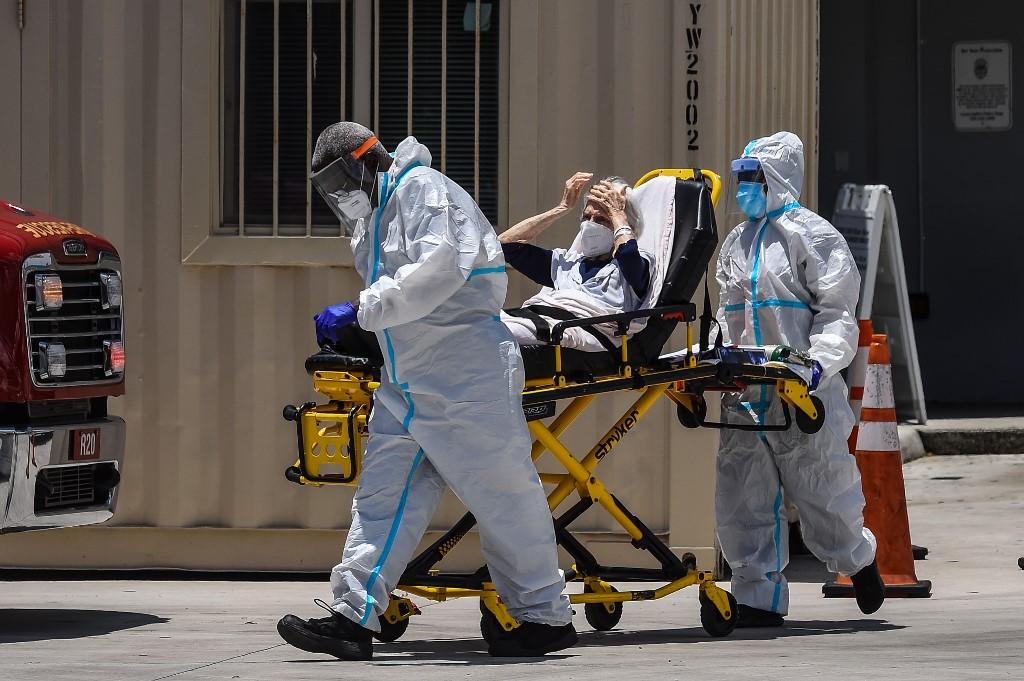 Nhân viên y tế di chuyển bệnh nhân Covid-19 tại Miami, Mỹ ngày 30/7. Ảnh: AFP.