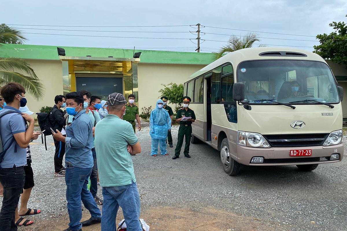 Xe quân đội đón người từ Đà Nẵng trở về ở chốt kiểm soát y tế số 6 thị trấn Lăng Cô. Ảnh: Anh Hùng
