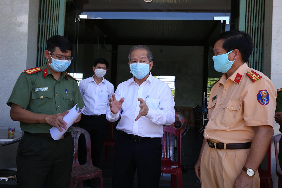 Ông Phan Ngọc Thọ, Chủ tịch tỉnh Thừa Thiên Huế chỉ đạo ở chốt số 6. Ảnh: Võ Thạnh