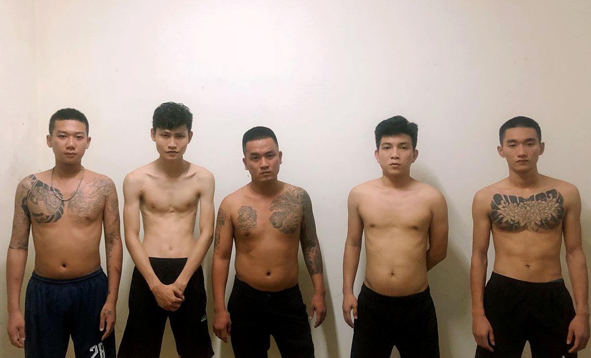 Nghi can Thanh Sơn, Hà, Hồng Sơn, Chung và Trường (từ trái qua) tại cơ quan điều tra. Ảnh: Gia Hân
