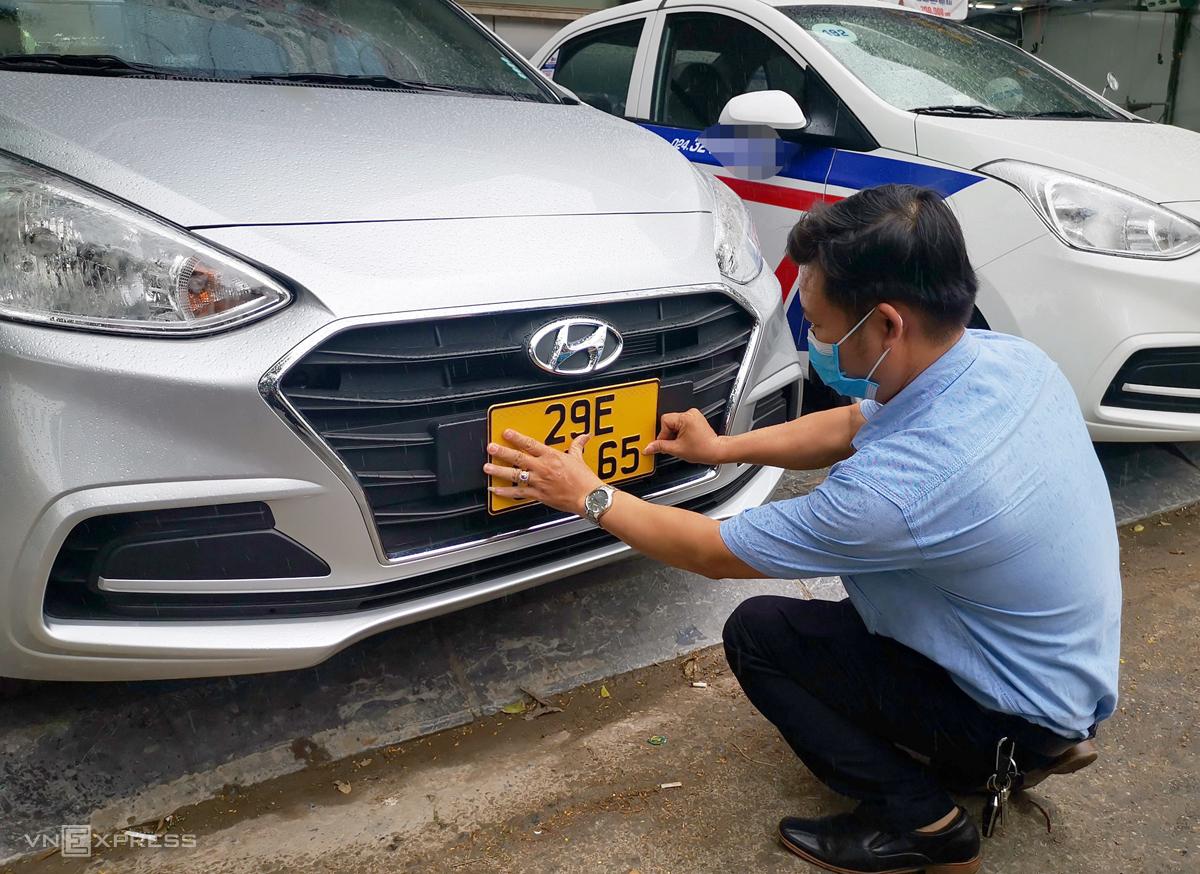 Tài xế xe taxi ở Hà Nội nhận biển màu vàng sáng 1/8. Ảnh: Phương Sơn