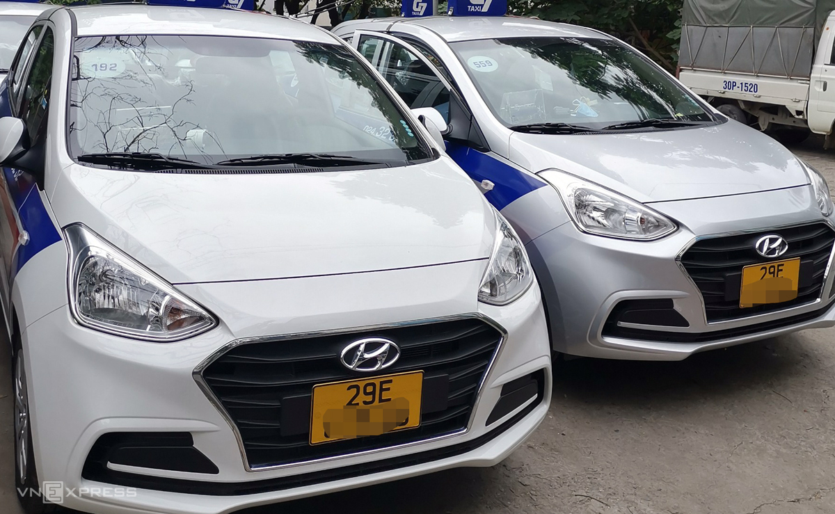 Những xe taxi đầu tiên ở Hà Nội có biển số màu vàng vào sáng 1/8. Ảnh: Phương Sơn