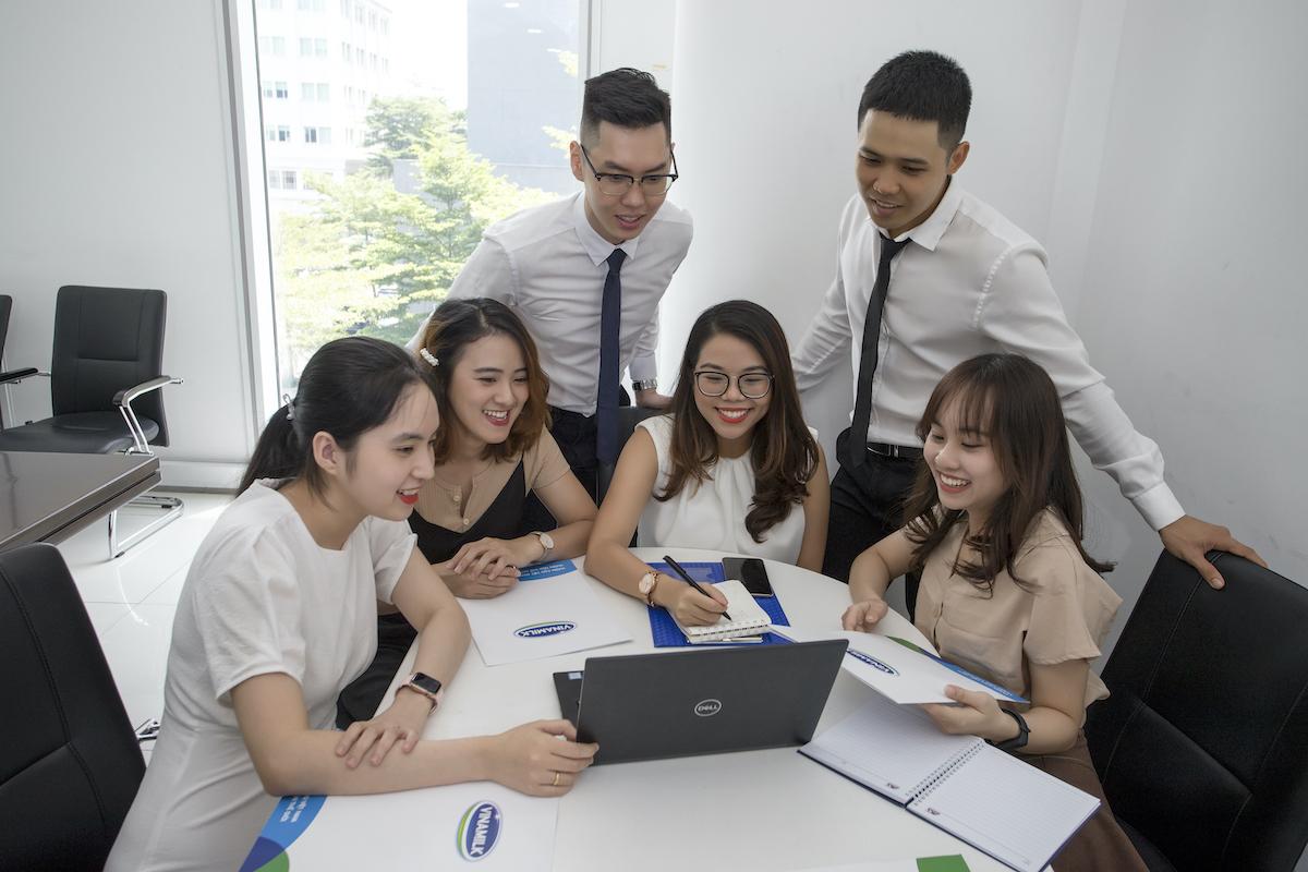 Cơ hội được đào tạo, trải nghiệm thực tế công việc và tham gia vào các dự án lớn là những điểm thu hút các bạn trẻ tài năng đến với chương trình Quản trị viên tập sự của Vinamilk.