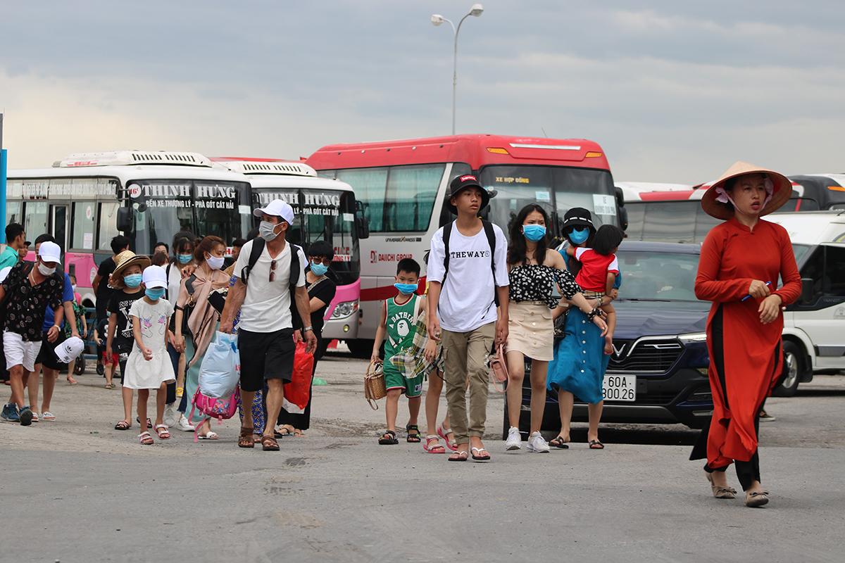 Số lượng khách rời đảo Cát Bà đông, trong khi bến tàu chật không thể sắp xếp một lúc nhiều xe ô tô đậu chờ đón nên nhiều khách sau khi lên bờ ngáo ngơ tìm xe về. Ảnh: Giang Chinh