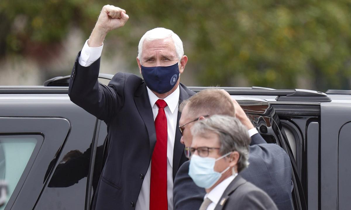 Phó tổng thống Mike Pence đeo khẩu trang rời xe ở Greensburg, Pennsylvania, hôm 30/5. Ảnh: AP.