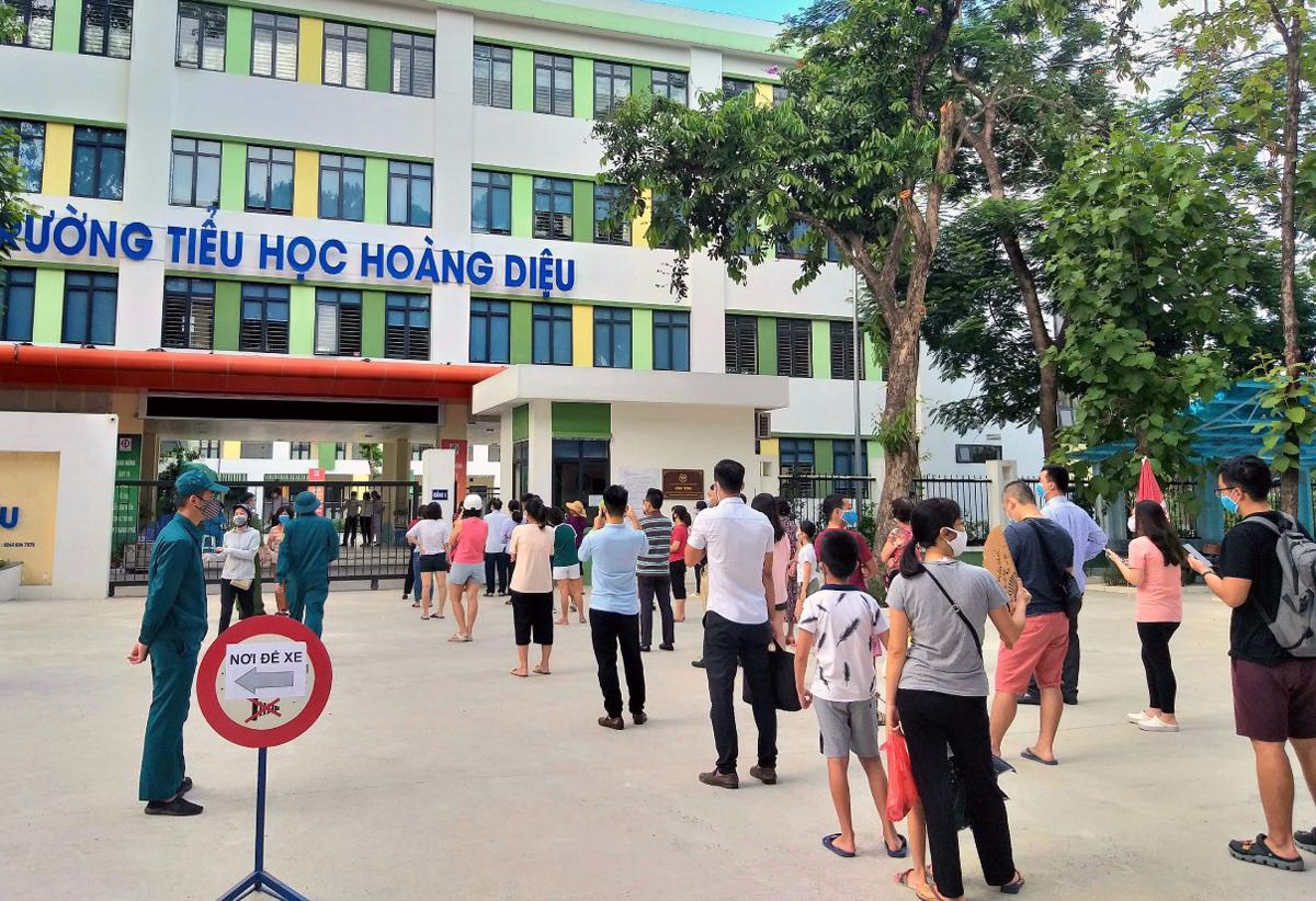 Rất đông người dân đến xét nghiệm nhanh tại điểm xét nghiệm của quận Ba Đình sáng 1/8. Ảnh: UBND quận Ba Đình cung cấp.