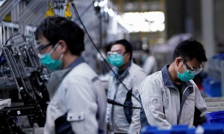 Công nhân trong một dây chuyền sản xuất xe hơi ở Trung Quốc. Ảnh: Reuters.