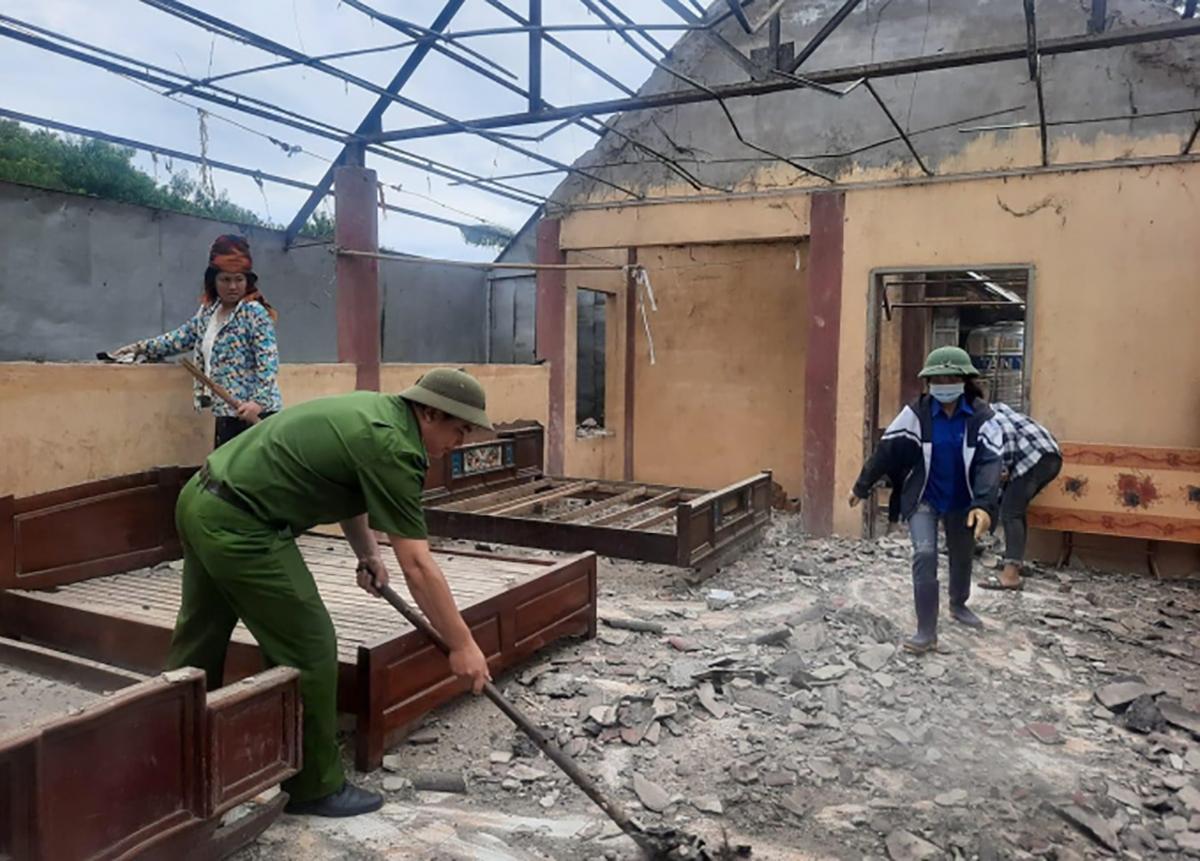 Động đất là đổ mái nhà ở xã Hua Păng, Mộc Châu ngày 27/7. Ảnh: PCTT Mộc Châu.