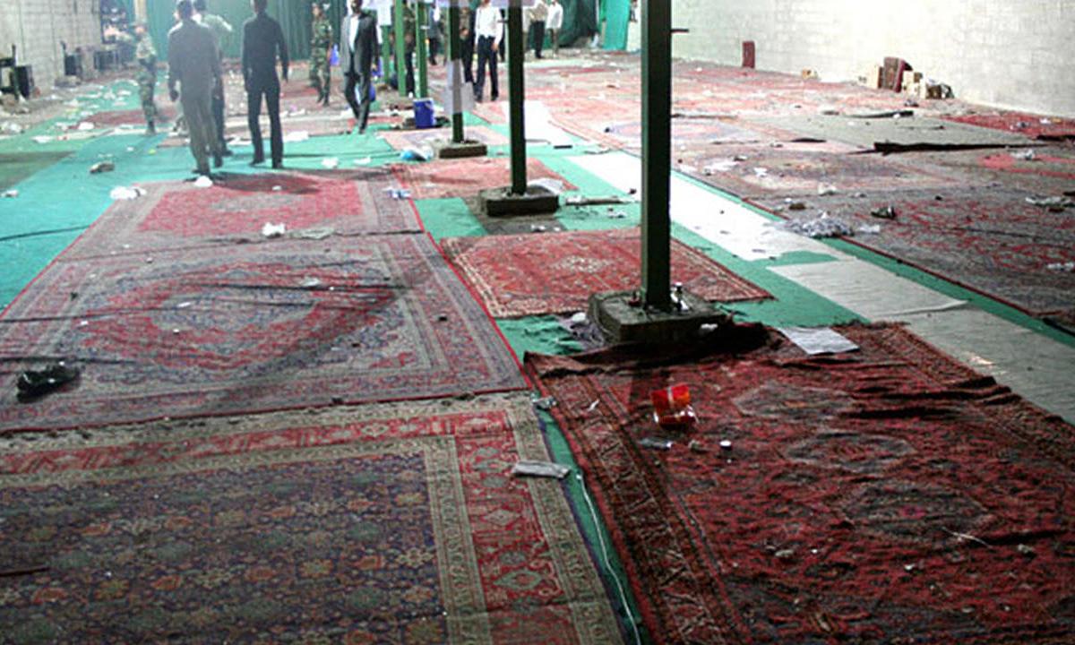 Hiện trường vụ đánh bom ở nhà thờ Hồi giáo tại thành phố Shiraz, phía nam Iran, tháng 4/2008. Ảnh: AFP.