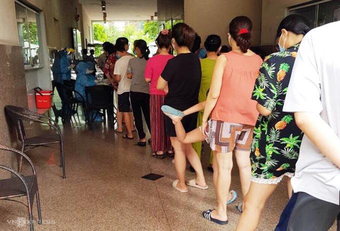 Cư dân chung cư Thới An xếp hàng chờ đến lượt lấy mẫu xét nghiệm. Ảnh: Bạch An.