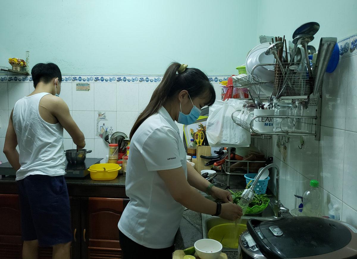 Vợ chồng Mai nấu ăn tại nhà người bạn trong những ngày kẹt lại Đà Nẵng: Ảnh: Hoàng Phương.