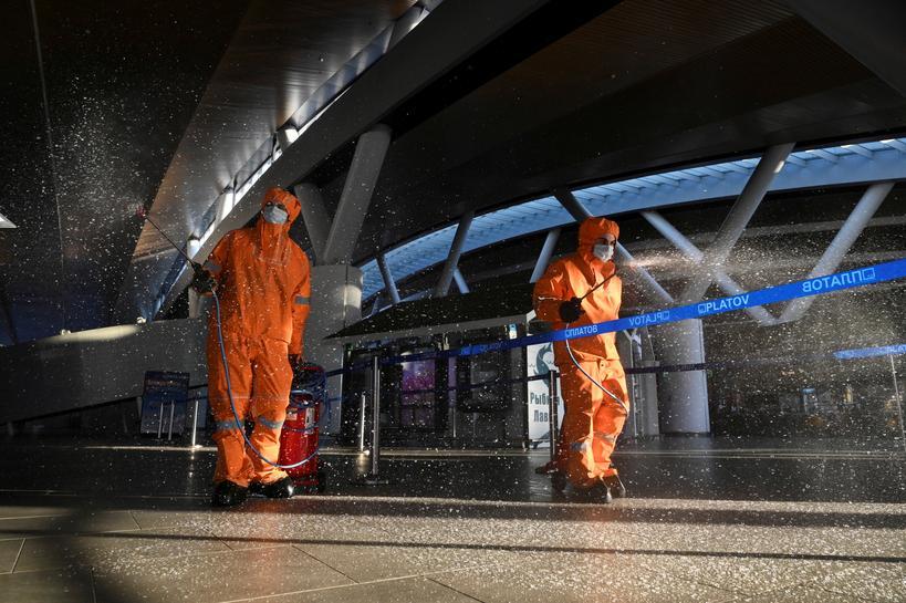 Các nhân viên khử trùng sân bay quốc tế Platov gần Rostov-on-Don, Nga, hôm 15/4. Ảnh: Reuters
