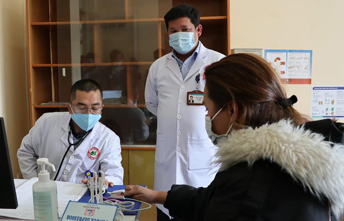 Bác sĩ sàng lọc nCoV tại bệnh viện đa khoa Lâm Đồng. Ảnh: Khánh Hương