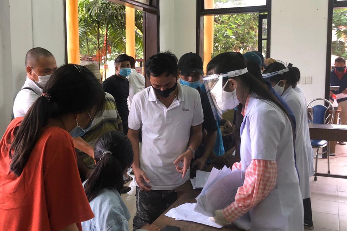 Sinh viên Đại học y dược Huế tham gia chống dịch Covid -19. Ảnh: Phúc Hữu