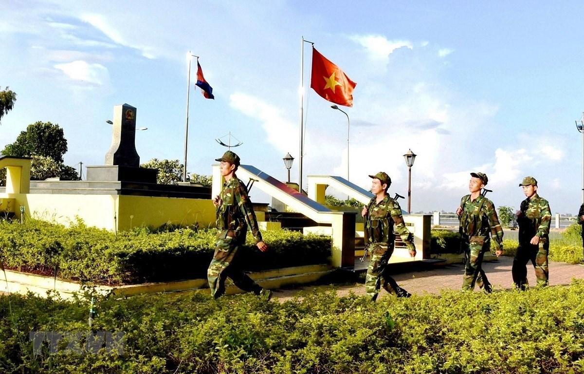 Chiến sĩ Đồn Biên phòng Cửa khẩu Quốc tế Vĩnh Xương, An Giang, tuần tra, bảo vệ cột mốc biên giới với Campuchia. Ảnh: TTXVN