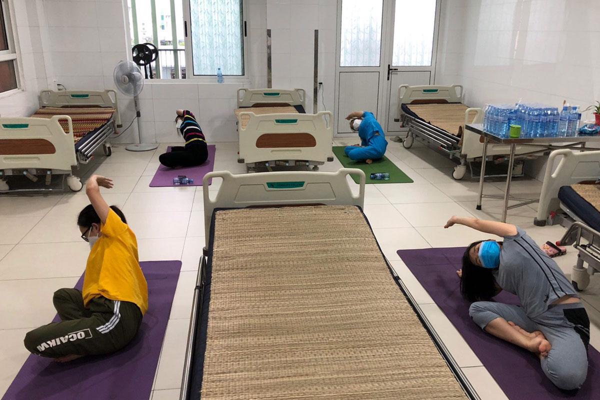 Nhân viên y tế tập yoga ngay tại phòng cách ly. Ảnh: Huỳnh Hữu Năm.