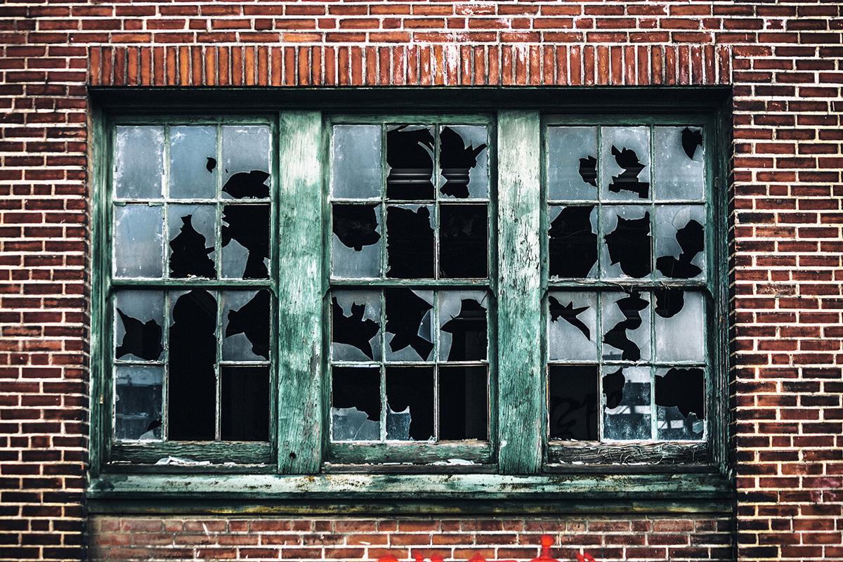 Lý thuyết cửa sổ vỡ lấy tên từ ví dụ mà George Kelling sử dụng trong bài viết năm 1982. Ảnh: iStock.
