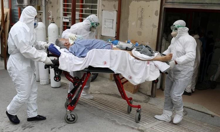 Nhân viên y tế Iran di chuyển một bệnh nhân nghi nhiễm nCoV. Ảnh: Reuters.