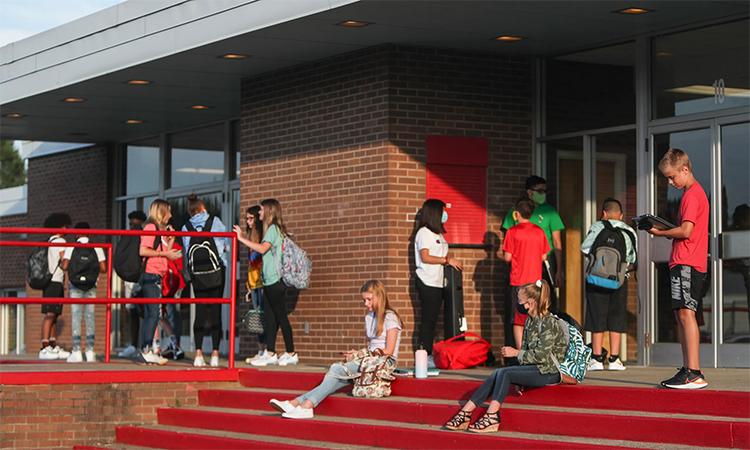 Học sinh chờ vào trường trung học Parkview ở Jeffersonville, bang Indiana, Mỹ, ngày 30/7. Ảnh: Reuters.
