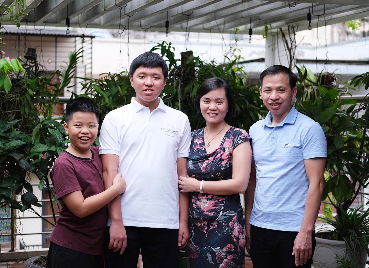 Dương bên bố mẹ và em trai. Ảnh: Dương Tâm.