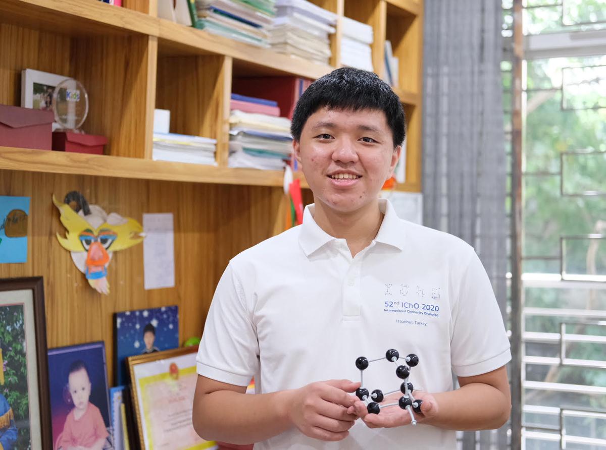 Nguyễn Hoàng Dương trong phòng sách của gia đình. Ảnh: Dương Tâm.