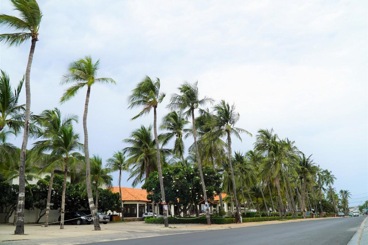 Các khu resort trên đường Nguyễn Đình Chiểu (phường Hàm Tiến) vắng vẻ trong ngày cuối tuần do nhiều khách hủy tour. Ảnh: Việt Quốc.