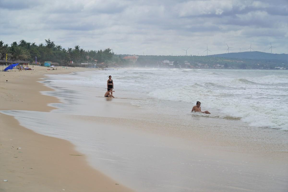 Bãi biển Hàm Tiến - Mũi Né vắng khách, ngày 1/8. Ảnh: Việt Quốc.