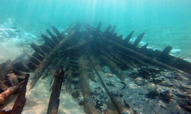 Phần mũi tàu phát lộ dưới cát. Ảnh: Ancient Origins.