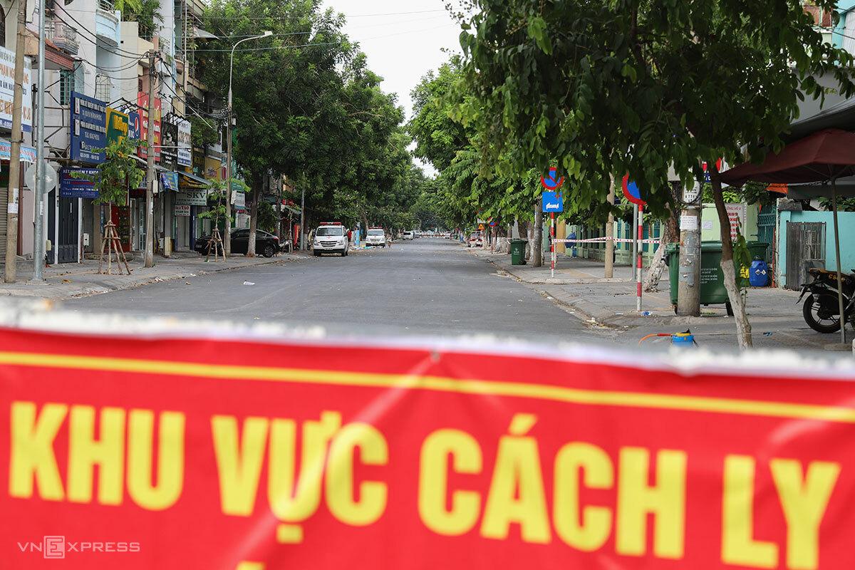 Bên trong khu vực dân cư phải cách ly y tế quanh ba bệnh viện. Ảnh: Nguyễn Đông.