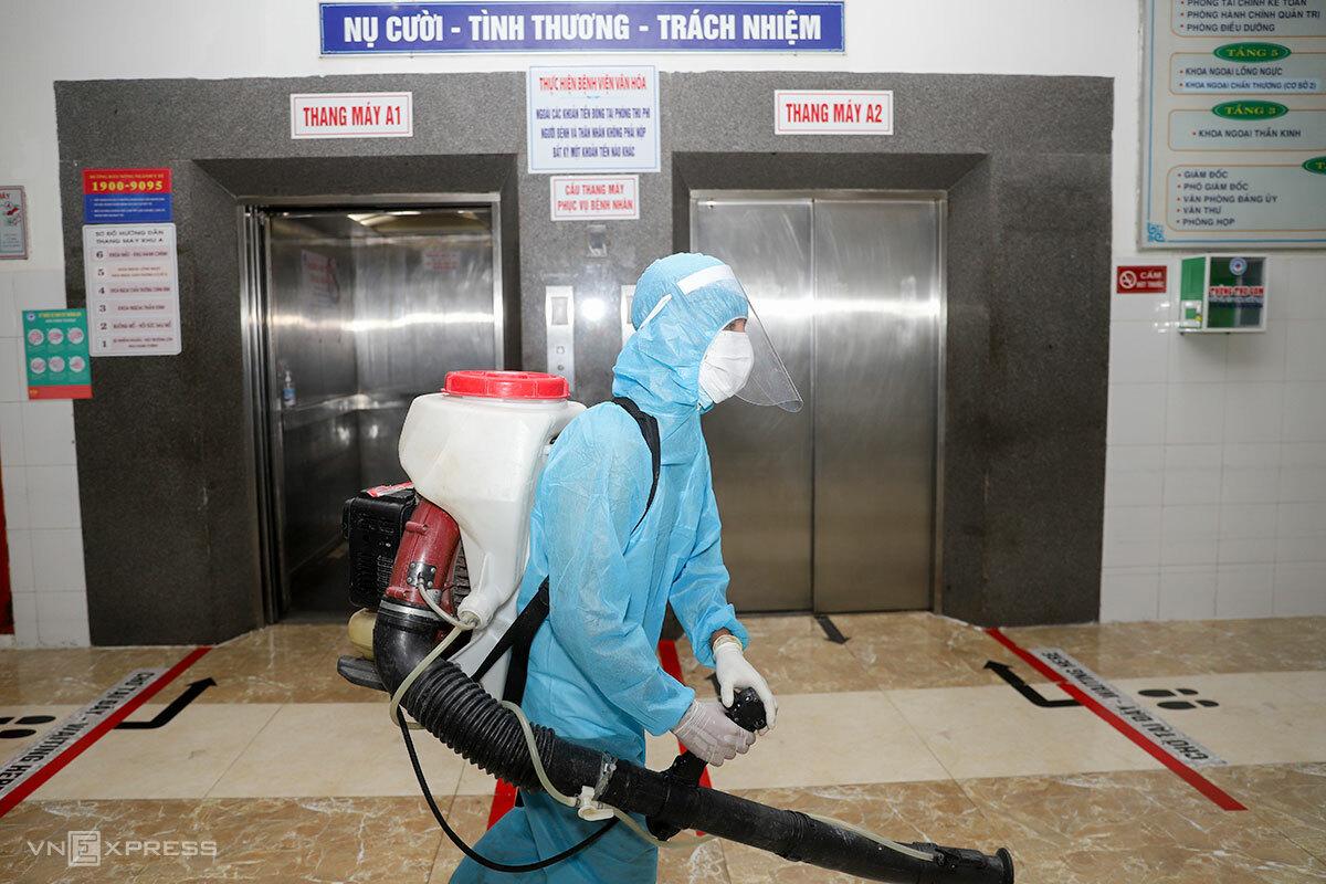 Quân đội phun hoá chất khử khuẩn tại bệnh viện Đà Nẵng, tối 26/7. Ảnh: Nguyễn Đông.