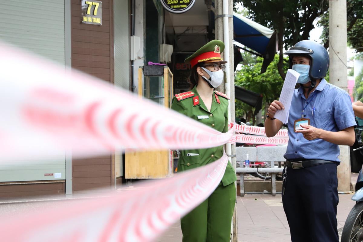 Cảnh sát chốt chặn ở 4 khu phố Buôn Ma Thuột, trưa 2/8. Ảnh: Ngọc Oanh.