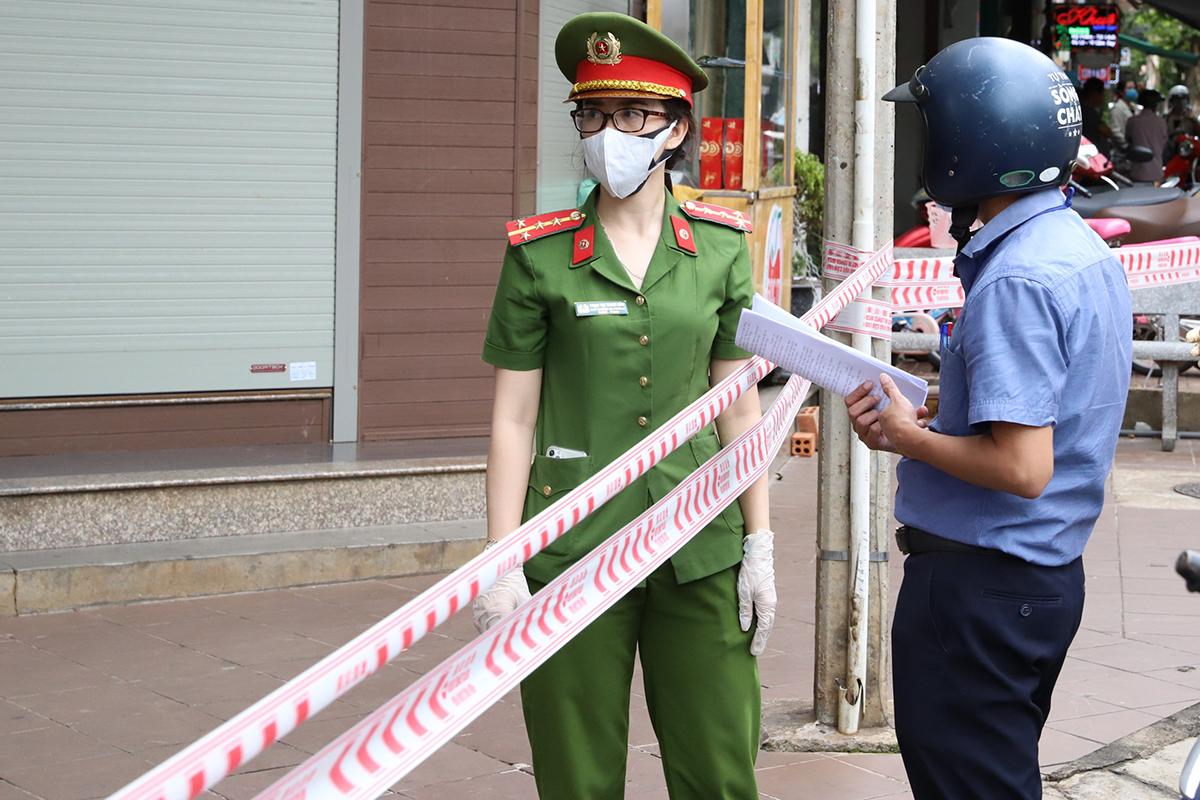 Cảnh sát thực hiện chốt chặn ở 4 khu phố Buôn Ma Thuột, trưa 2/8. Ảnh: Ngọc Oanh.