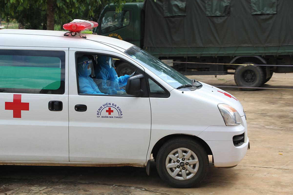 Bệnh nhân 448 và những người nghi nhiễm được đưa vào cách ly tập trung ở Trung đoàn cảnh sát cơ động Tây Nguyên, hôm 29/7. Ảnh: Ngọc Oanh.