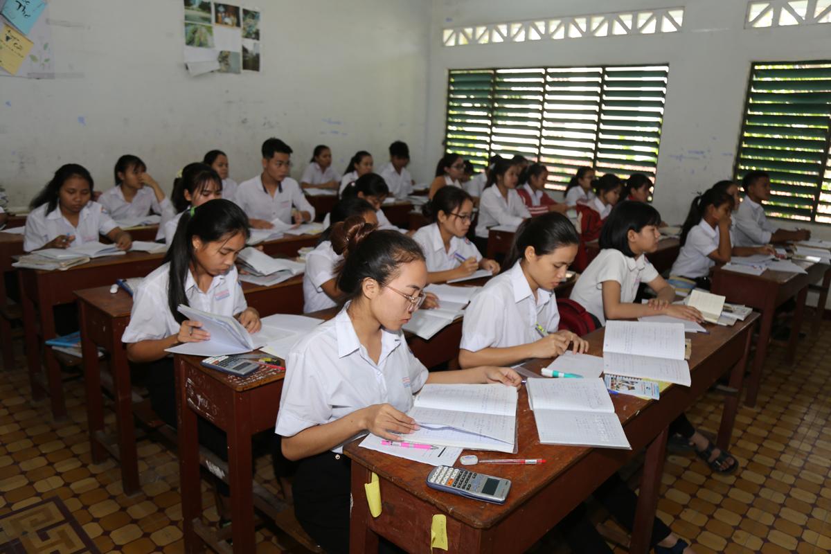 Học sinh lớp 12, trường Phổ thông dân tộc nội trú ở Khánh Hòa ôn tập kiến thức cho kỳ thi THPT. Ảnh: Xuân Ngọc.