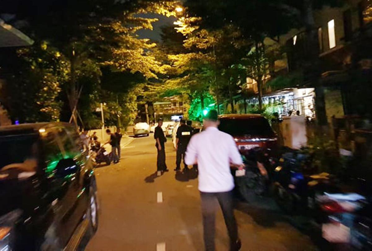 Cảnh sát khám xét căn biệt thự ở khu dân cư
