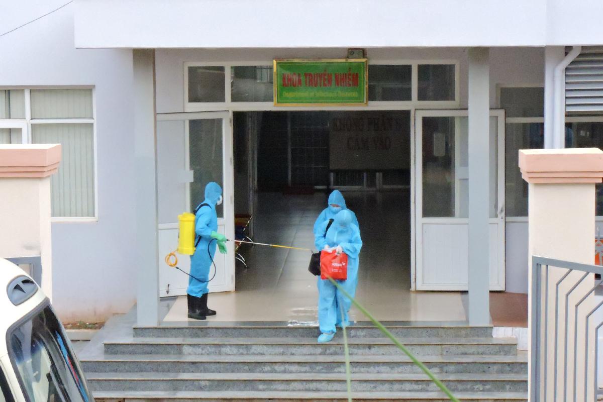 Bệnh nhân 448 và những người nghi nhiễm được đưa vào khu cách ly tập trung hôm 29/7. Ảnh: Ngọc Oanh.