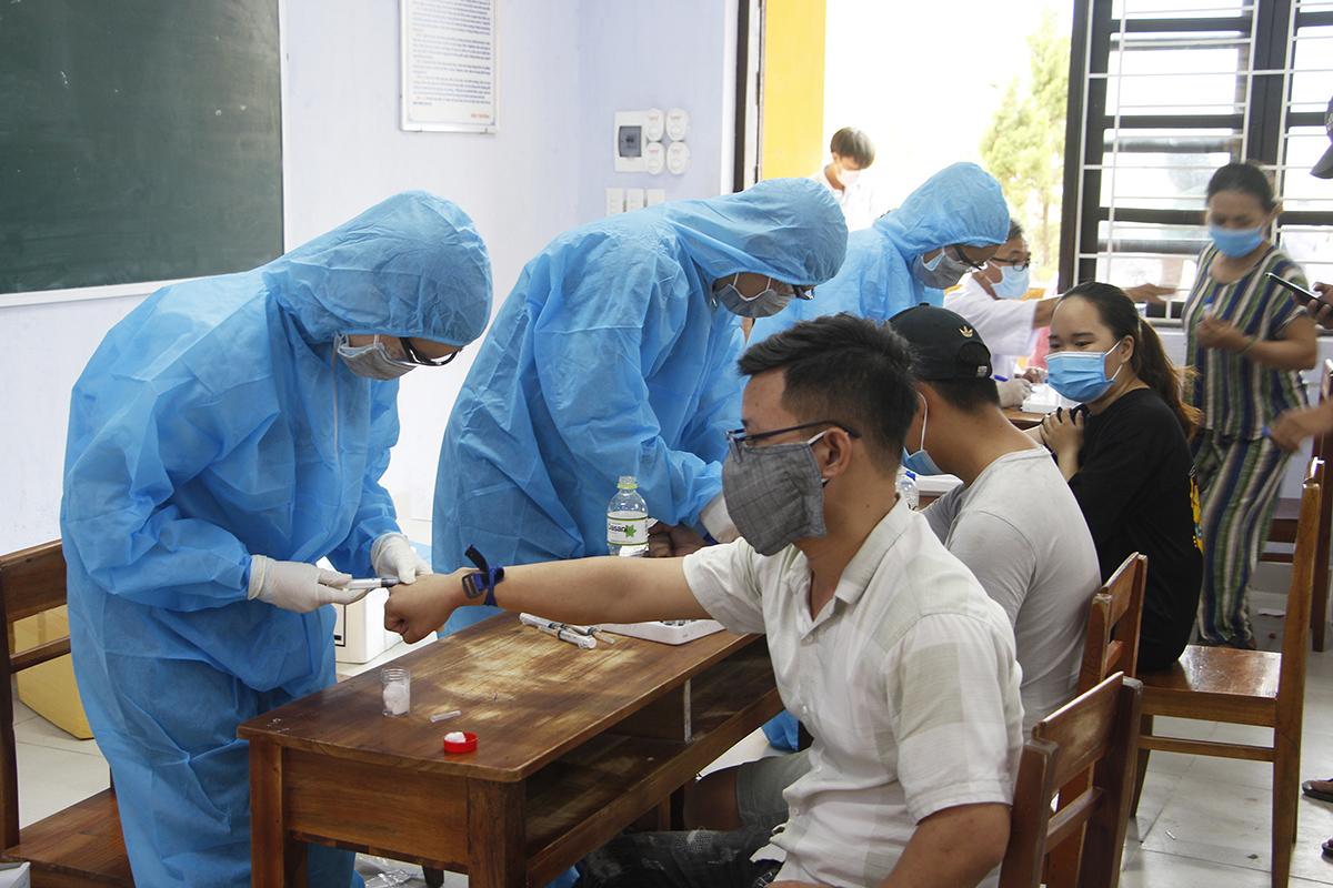 Người từ Đà Nẵng trở về được lấy mẫu xét nghiệm. Ảnh: Võ Thạnh