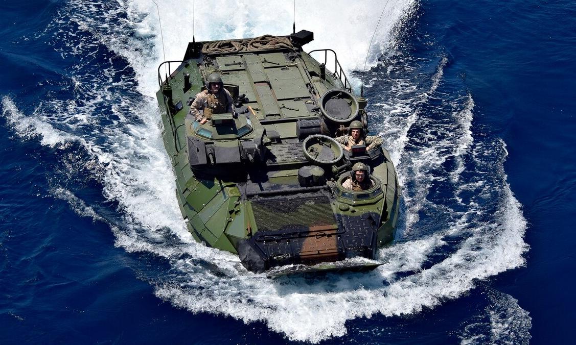 3 thành viên tổ lái của một xe AAV tham gia tập trận hồi năm 2019. Ảnh: US Navy.