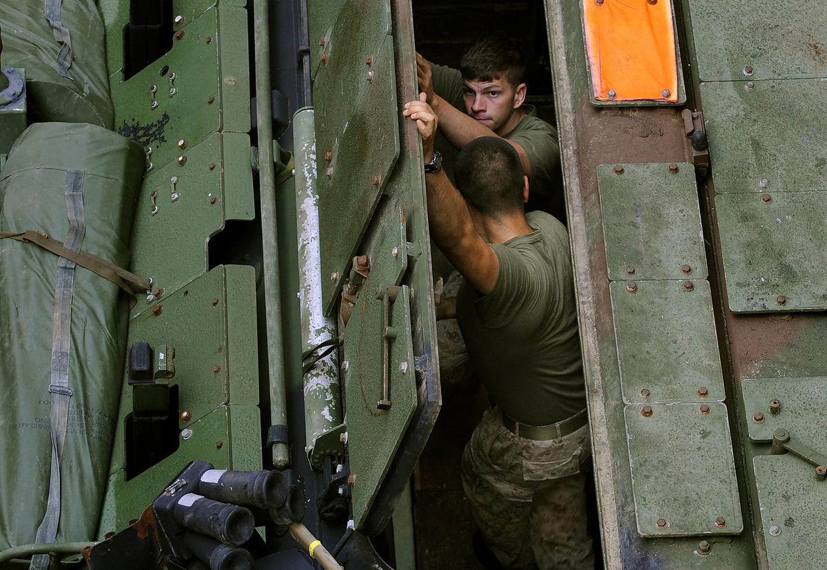 Lính Mỹ mở cửa nóc của một chiếc AAV trong lúc bảo dưỡng. Ảnh: US Navy.