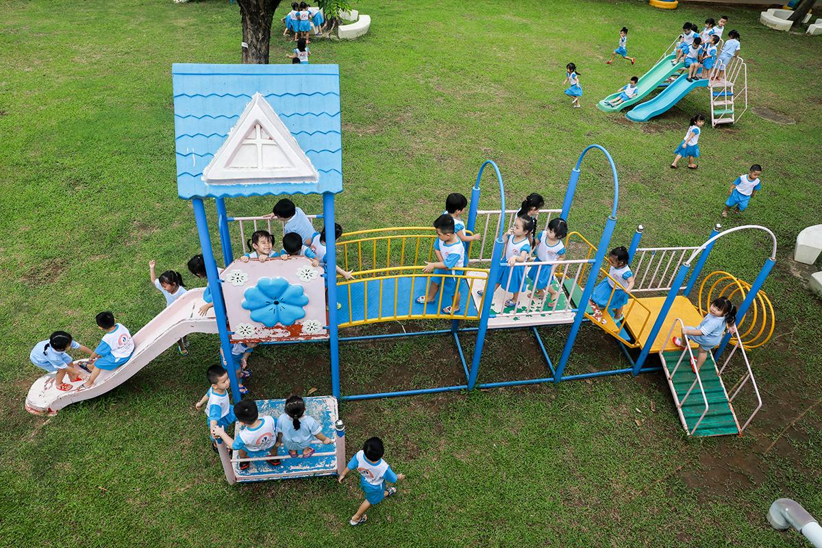 Các em nhỏ trường mầm non Những bông hoa nhỏ, TP Biên Hòa vui chơi ở sân trường tháng 8/2020. Ảnh: Khang Thái